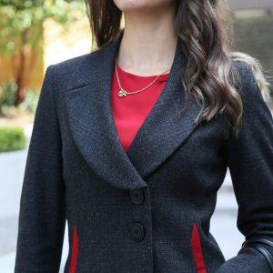 Saco gris oxford y blusa roja
