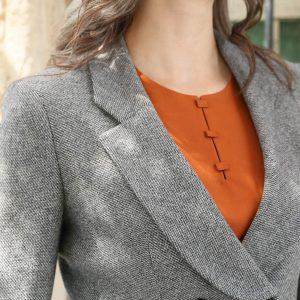 Saco abrigo gris arena con blusa naranja